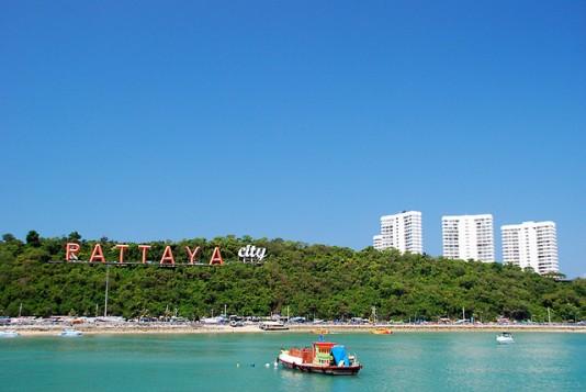 Living in Pattaya lookng at the Pattaya citysign